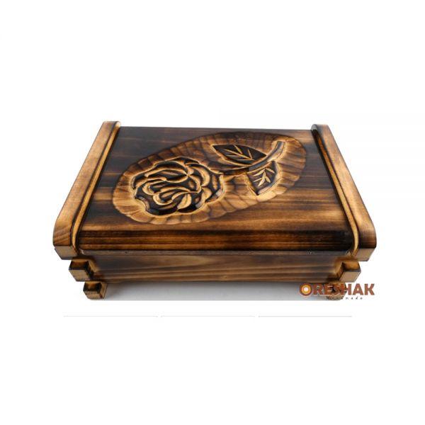 Малко кофчеже за скъпоценности, с дърворезба, орех